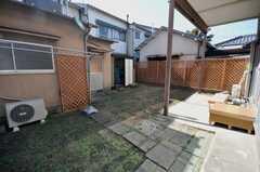 裏庭の様子。写真左手が離れの104号室。(2009-02-12,共用部,LIVINGROOM,1F)