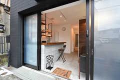 玄関ドアの先がすぐリビングです。土足で利用します。(2016-09-21,共用部,LIVINGROOM,1F)