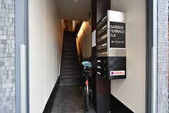 2階は一般賃貸のフロア、3階がシェアハウスです。一般賃貸の入居者さんも階段は一緒に使用します。(2016-09-21,周辺環境,ENTRANCE,1F)