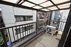 ベランダの様子。広い屋根が付いていて、雨が降っても洗濯物が濡れません。(304号室)(2016-09-21,専有部,ROOM,3F)