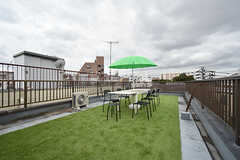 屋上の様子。人工芝が敷かれています。(2016-09-21,共用部,OTHER,4F)