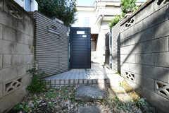 門扉の先が玄関です。(2018-02-05,共用部,OUTLOOK,1F)