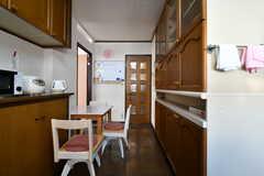 収納棚の脇には、テーブルとイスが設置されています。(2018-02-05,共用部,KITCHEN,1F)