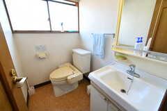 洗面台とウォシュレット付きトイレの様子。(2018-02-05,共用部,TOILET,2F)