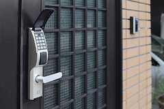 ドアの鍵はダイヤル式のオートロックです。(2013-07-31,周辺環境,ENTRANCE,1F)