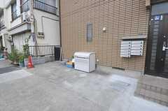 自転車置き場の様子。ゴミ箱もこちらにあります。(2013-07-31,共用部,GARAGE,1F)
