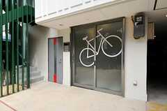 通常は左側、自転車と一緒の場合は右側の玄関を利用します。(2010-10-18,周辺環境,ENTRANCE,1F)