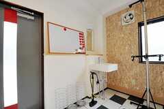 土間に設置された洗面台の様子。(2010-10-18,共用部,OTHER,1F)