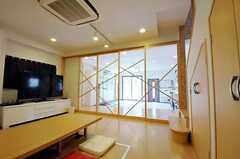 シェアハウスのリビングの様子3。ガラス製の引き戸で土間とリビングを仕切ることができます。(2010-10-18,共用部,LIVINGROOM,1F)