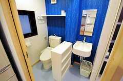 トイレと洗面台の様子。右手にバスルームがあるので脱衣室としても利用します。(2010-10-18,共用部,TOILET,1F)