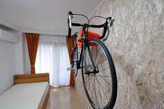 自転車ホルダーにはこんな風に自転車をかけられます。(203号室)(2010-10-18,専有部,ROOM,1F)