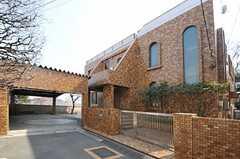 シェアハウスの外観。1Fにオーナーさんが住んでいます。2Fがシェアハウスです。(2013-03-07,共用部,OUTLOOK,1F)