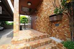 玄関へは階段を数段上ります。手前にシェアハウスのドア、仕切りの奥側がオーナーさん宅のドアです。(2013-05-10,周辺環境,ENTRANCE,1F)