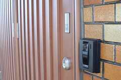 カメラ付きインターホンの様子。ドアの鍵は非接触式のオートロックです。(2013-05-10,周辺環境,ENTRANCE,1F)