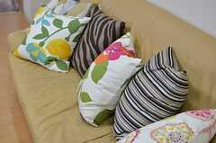 ソファにはクッションがいっぱい。(2013-05-10,共用部,LIVINGROOM,2F)