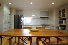 キッチンはリビングと同じ空間にあります。(2013-05-10,共用部,LIVINGROOM,2F)
