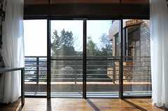 壁の一面が窓なので、陽当たりも上々。ベランダにも出られます。(202号室)(2013-03-07,専有部,ROOM,2F)