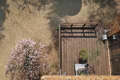 ベランダからの景色、3月バージョン2。梅が咲いています。(202号室)(2013-03-07,専有部,ROOM,2F)
