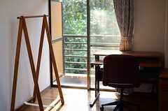 専有部には、木製のハンガーラックが備え付けられています。(206号室)(2013-03-07,専有部,ROOM,2F)