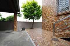 玄関の奥から庭に出ることができます。(2013-05-10,共用部,OTHER,1F)