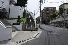 物件名の通り、高台にあります。シェアハウスへは小さな階段を上ります。(2013-05-10,共用部,ENVIRONMENT,1F)