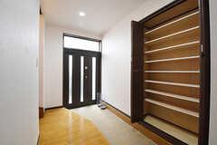 内部から見た玄関の様子。靴箱は専有部ごとに使えるスペースが決まっています。(2016-10-14,周辺環境,ENTRANCE,1F)