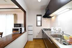 キッチンの様子。カウンターテーブルには電子レンジとオーブントースターが置かれています。(2016-10-14,共用部,KITCHEN,1F)