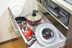 3口ガスコンロの下は共用の鍋やフライパンが収納されています。(2016-10-14,共用部,KITCHEN,1F)