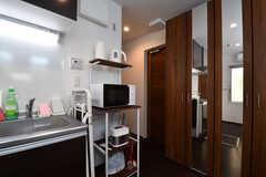 キッチンの様子2。キッチンの脇は収納棚です。(2018-03-26,共用部,KITCHEN,1F)