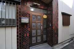 シェアハウスの正面玄関。(2010-11-10,周辺環境,ENTRANCE,1F)