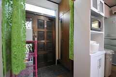 内部から見た玄関周りの様子。(2010-11-10,周辺環境,ENTRANCE,1F)
