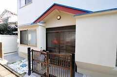 シェアハウスの正面玄関。(2010-11-18,周辺環境,ENTRANCE,1F)