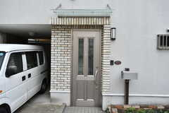 玄関の様子。庇(ひさし)が付いています。(2020-06-04,周辺環境,ENTRANCE,1F)
