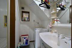 脱衣室内に洗面台と洗濯機が設置されています。(2020-06-04,共用部,OTHER,1F)