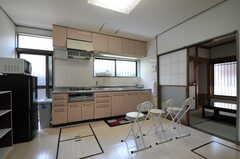 キッチンの様子。カウンターテーブルが入る予定だそう。奥に居間があります。(2012-07-09,共用部,KITCHEN,1F)