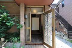 外から見た玄関の様子。(102号室)(2012-07-09,専有部,ROOM,1F)