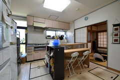ダイニングキッチンの様子。奥に居間があります。(2019-08-06,共用部,LIVINGROOM,1F)