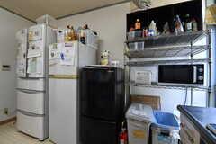 冷蔵庫とキッチン家電の様子。(2019-08-06,共用部,KITCHEN,1F)