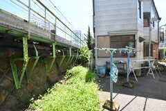 物干し場の様子2。建物は線路のすぐ脇です。(2019-08-06,共用部,OTHER,1F)