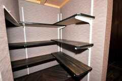階段裏の靴置場の様子。(2009-07-03,共用部,OTHER,1F)