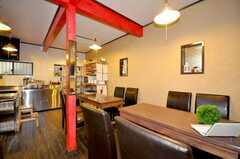 シェアハウスのラウンジの様子2。柱の鏡は大正時代の物だそう。(2009-07-03,共用部,LIVINGROOM,1F)
