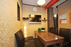 シェアハウスのラウンジの様子4。壁掛け液晶TV。(2009-07-03,共用部,LIVINGROOM,1F)
