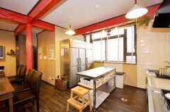 シェアハウスのキッチンの様子2。大型の業務用冷蔵庫が置いてある。(2009-07-03,共用部,KITCHEN,1F)