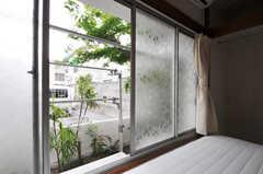 窓を開けるとモミジの木。庭では物干しも可能です。(101号室)(2011-05-17,専有部,ROOM,1F)