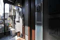 シェアハウスの正面玄関。(2011-04-01,周辺環境,ENTRANCE,1F)