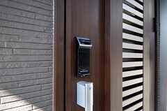 玄関の鍵は指紋認証とナンバー式。オートロックです。(2011-04-01,周辺環境,ENTRANCE,1F)