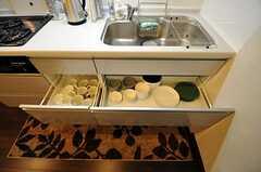 食器類は引き出しに収納。(2011-04-01,共用部,KITCHEN,1F)