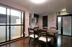 リビングの様子2。奧に洗面台とトイレがあります。(2012-03-02,共用部,LIVINGROOM,2F)