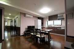 リビングの様子4。廊下沿いに専有部があります。(2012-03-02,共用部,LIVINGROOM,2F)