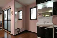洗面台の脇には、大きな姿見があります。(2012-03-02,共用部,OTHER,2F)